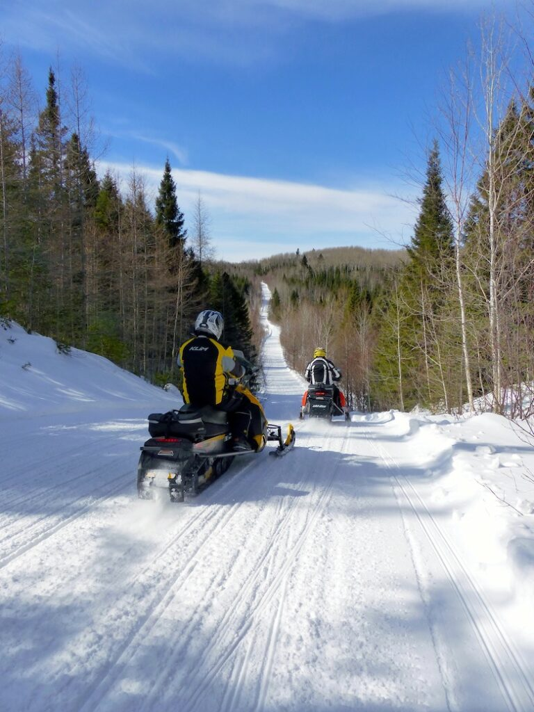 Riding go snowmobile Saguenay trails