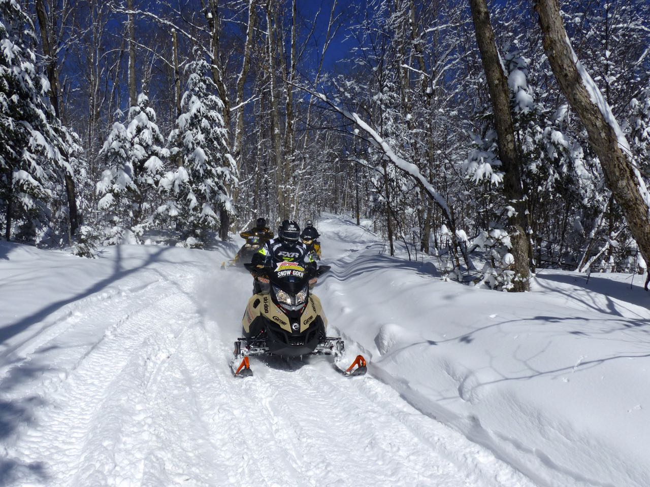 ski doo snowmobiles on OFSC trail to Ontario Snowmobile Tour Lunch Restaurants